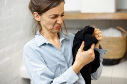 penyebab pakaian bau apek